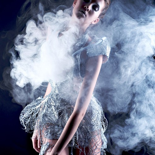Smoke dress d'Anouk Wipprecht avec Aduén Darriba Frederiks, en 2012