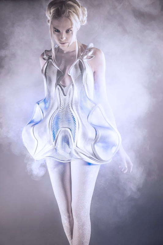 Smoke dress d'Anouk Wipprecht avec Niccolo Casas, en 2013