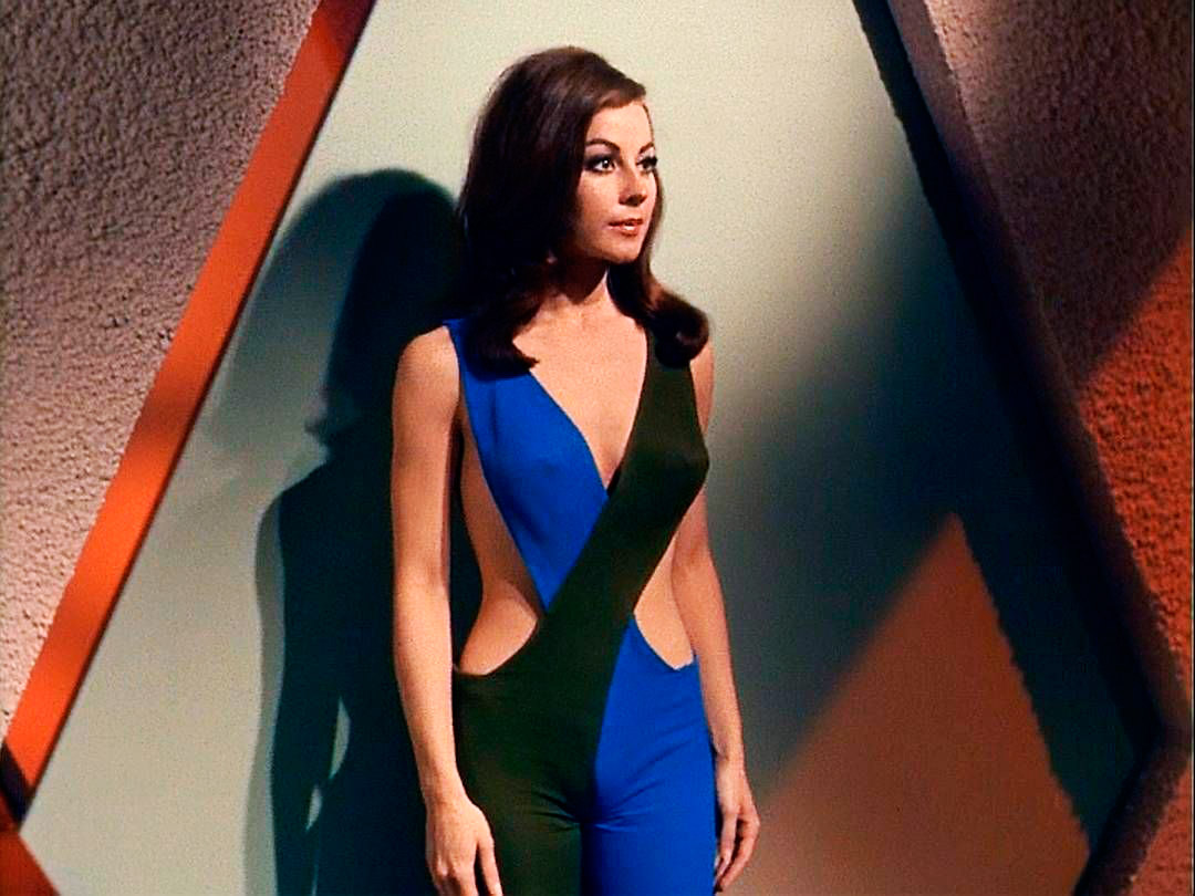 "Sherry Jackson prête ses formes généreuses à l'androïde Andrea dans l'épisode 7 ""What Are Little Girls Made Of ?"" de la saison 1 de Star Trek : The Original Series (1966 – 1969)"