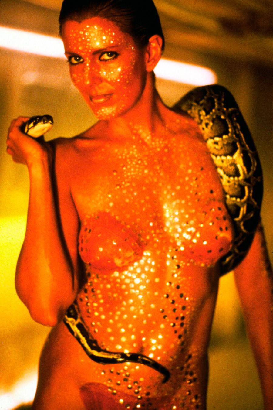 La réplicante Zhora (Joanna Cassidy) ne sort jamais sans son snake-bot, dans le film Blade Runner de Ridley Scott (1982)