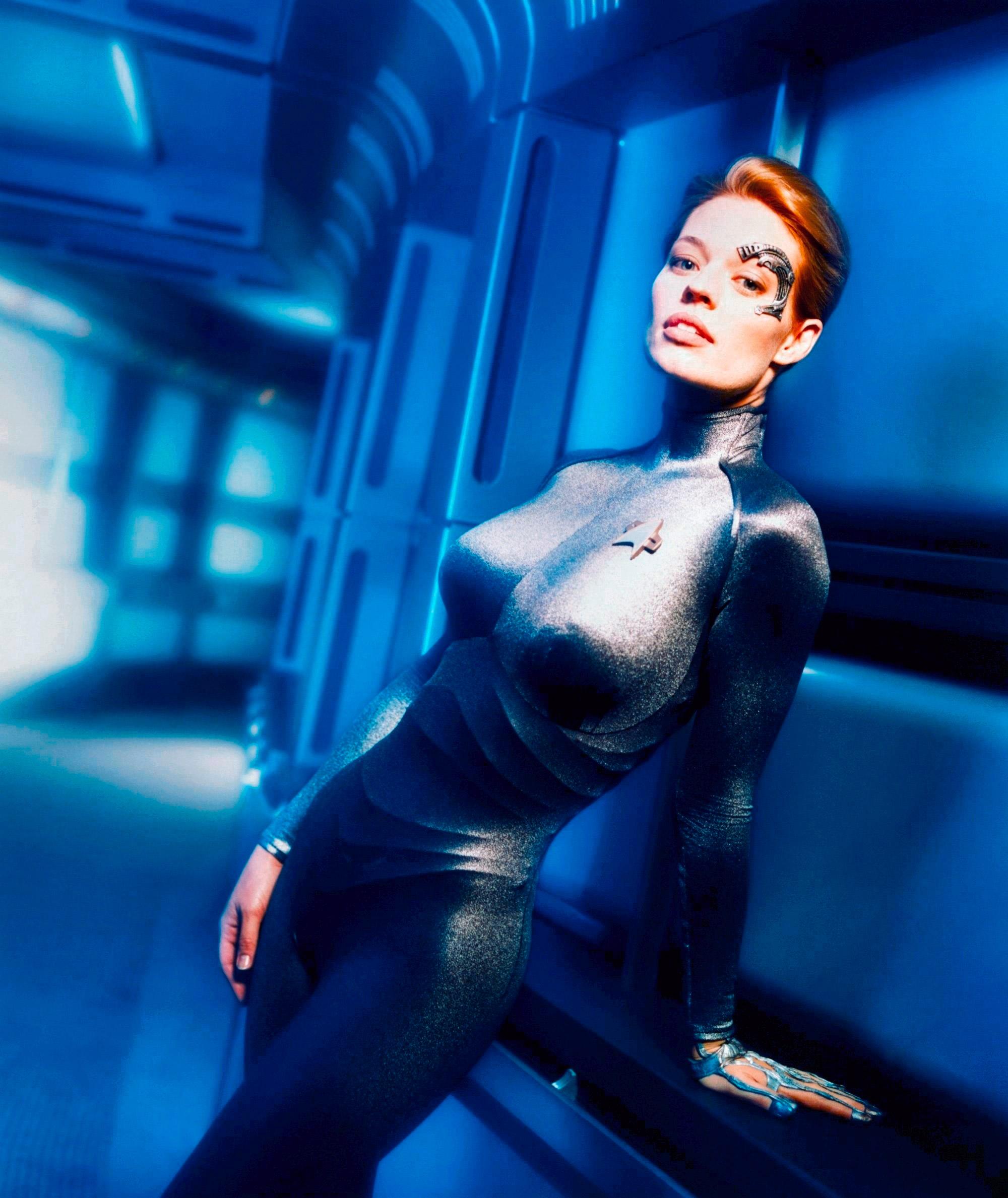 La plantureuse Jeri Ryan est Seven of Nine, humaine assimilée, enfant, au méchant collectif Borg, dans la série Star Trek : Voyager (1995 – 2001)