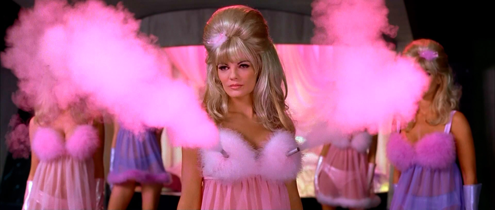 Fembots à gros calibre dans le film Austin Powers : International Man of Mystery de Jay Roach (1997)