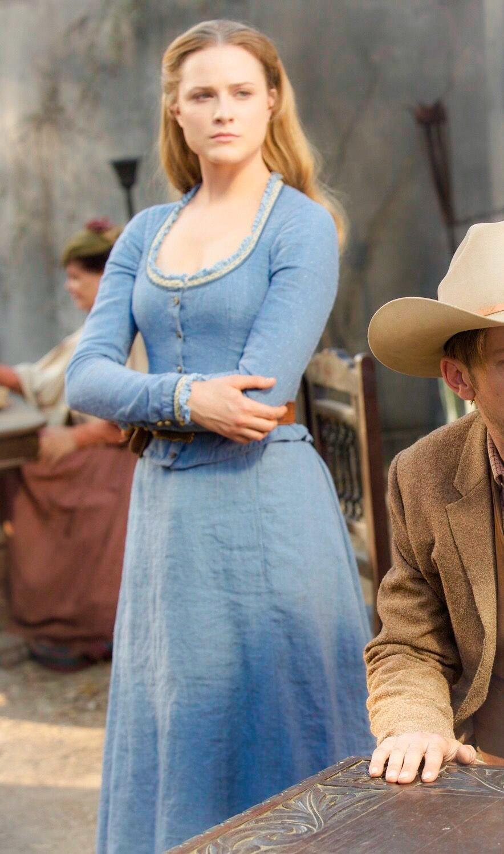 L'androïde Dolores (Evan Rachel Wood) porte très bien la jupe de cowgirl dans Westworld, série adaptée en 2016 du film éponyme de Michael Crichton (1973)