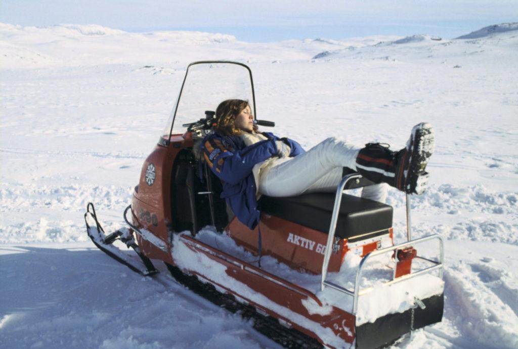 L'actrice Carrie Fisher (incarnant la princesse Leia), dans sa parka, sur le tournage du film (©Starwars.com)