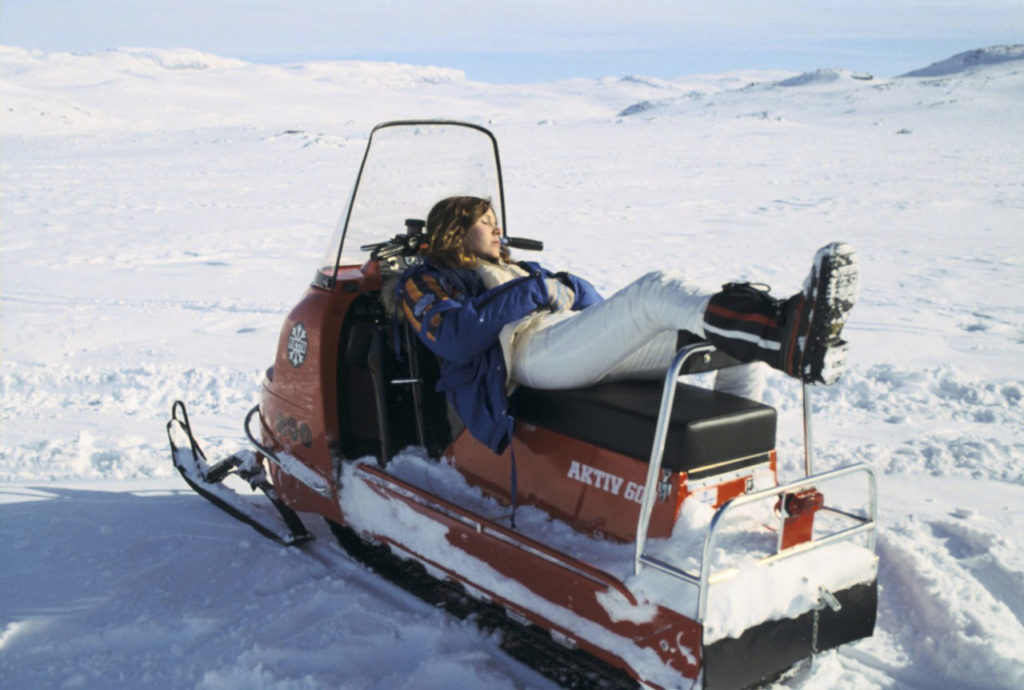 Carrie Fisher (Princess Leia) wearing the parka, in 1979, in Norway (©Starwars.com)