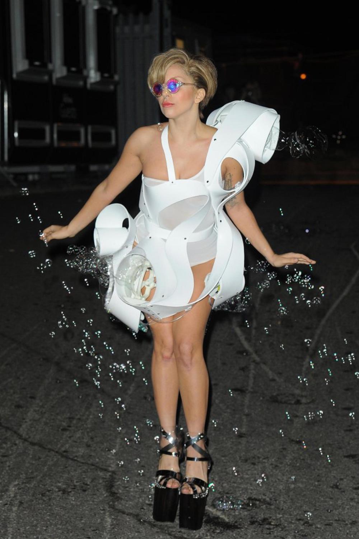 La chanteuse Lady Gaga, dans la robe Anémone en 3D printing, le 1er septembre 2013, à Londres