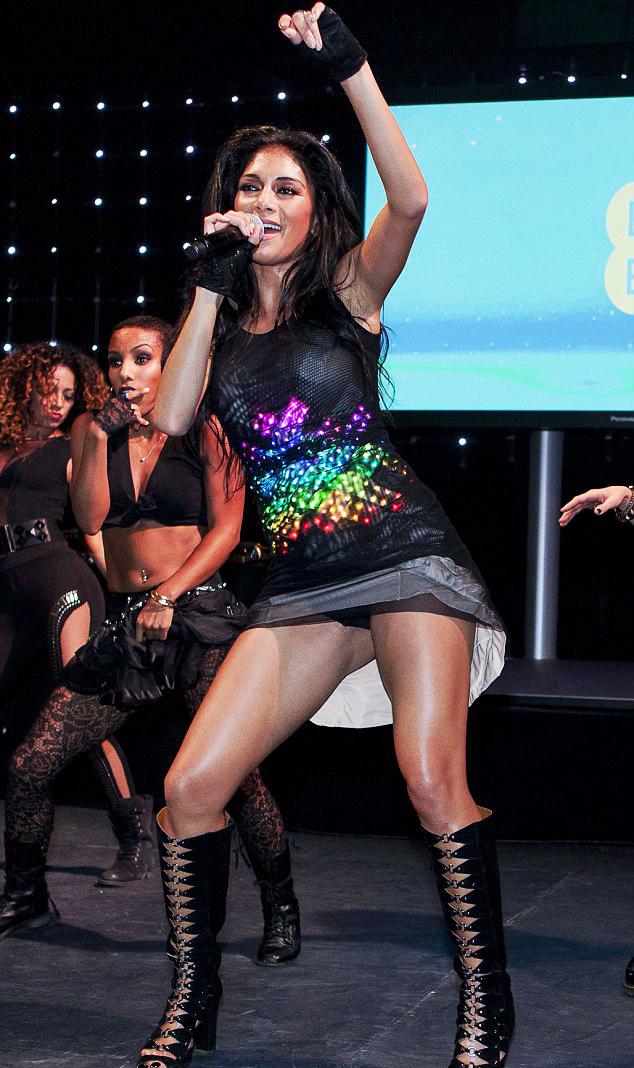 La chanteuse américaine Nicole Scherzinger, le 1er novembre 2012, dans le bâtiment historique londonien Battersea Power Station, en robe lumineuse CuteCircuit, composée de leds enchâssés dans deux couches de tulle noir.