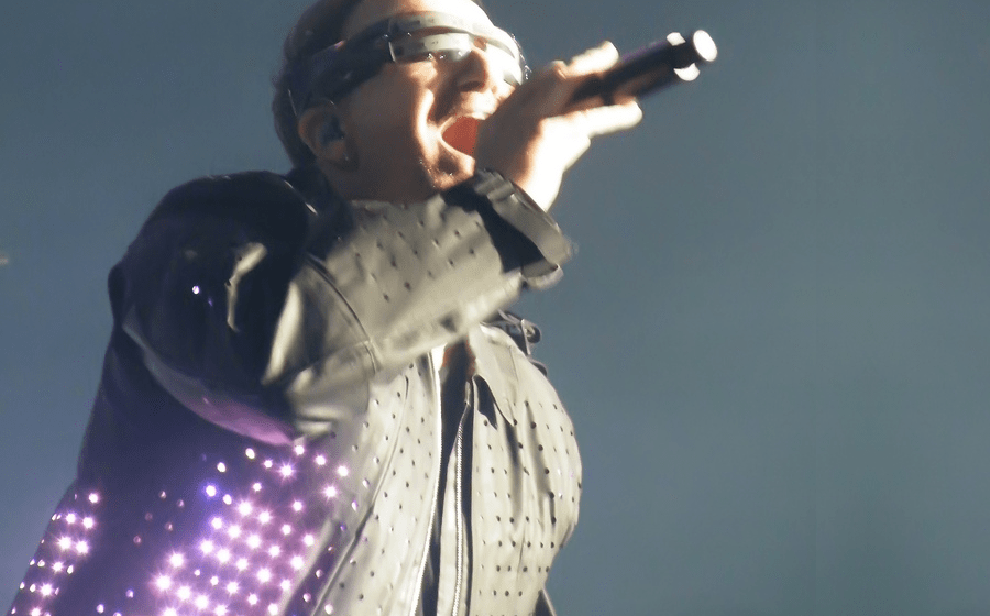 CuteCircuit created jackets with 5000 LEDs each for members of Irish band U2, during the 360 ° tour. Here is singer Bono, in his waxed cotton jacket, at the Invesco Field in Denver, April 21, 2012.
