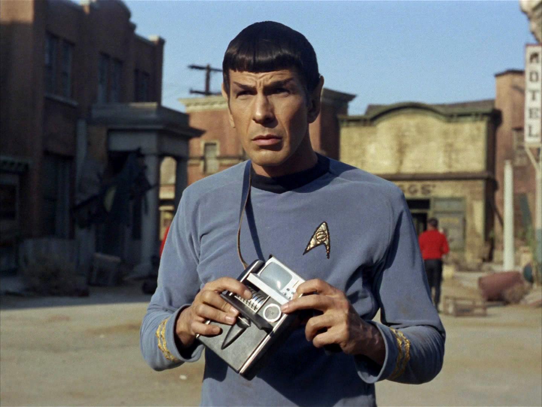 L'officier scientifique Spock (Leonard Nimoy) avec un tricordeur, outil de détection, d'enregistrement et d'analyse, à tenir en main ou à porter en bandoulière.