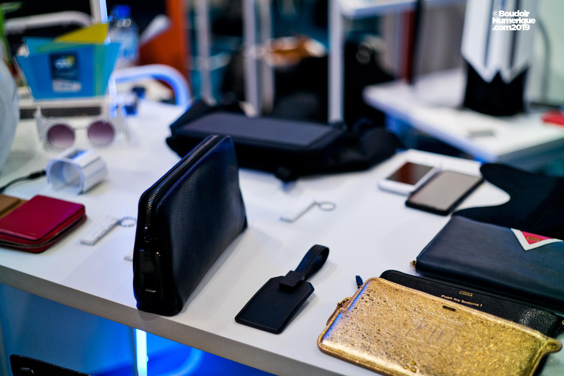 La société française De Rigueur Lab a créé pour la marque d'accessoires Jérome Dreyfuss une pochette pour recharger son téléphone, de même qu'un portefeuille pour le maroquinier Lancel, sur le même concept. Un sac banane et un sac à dos à panneaux solaires sortiront en avril 2019 chez la maison Lacoste.