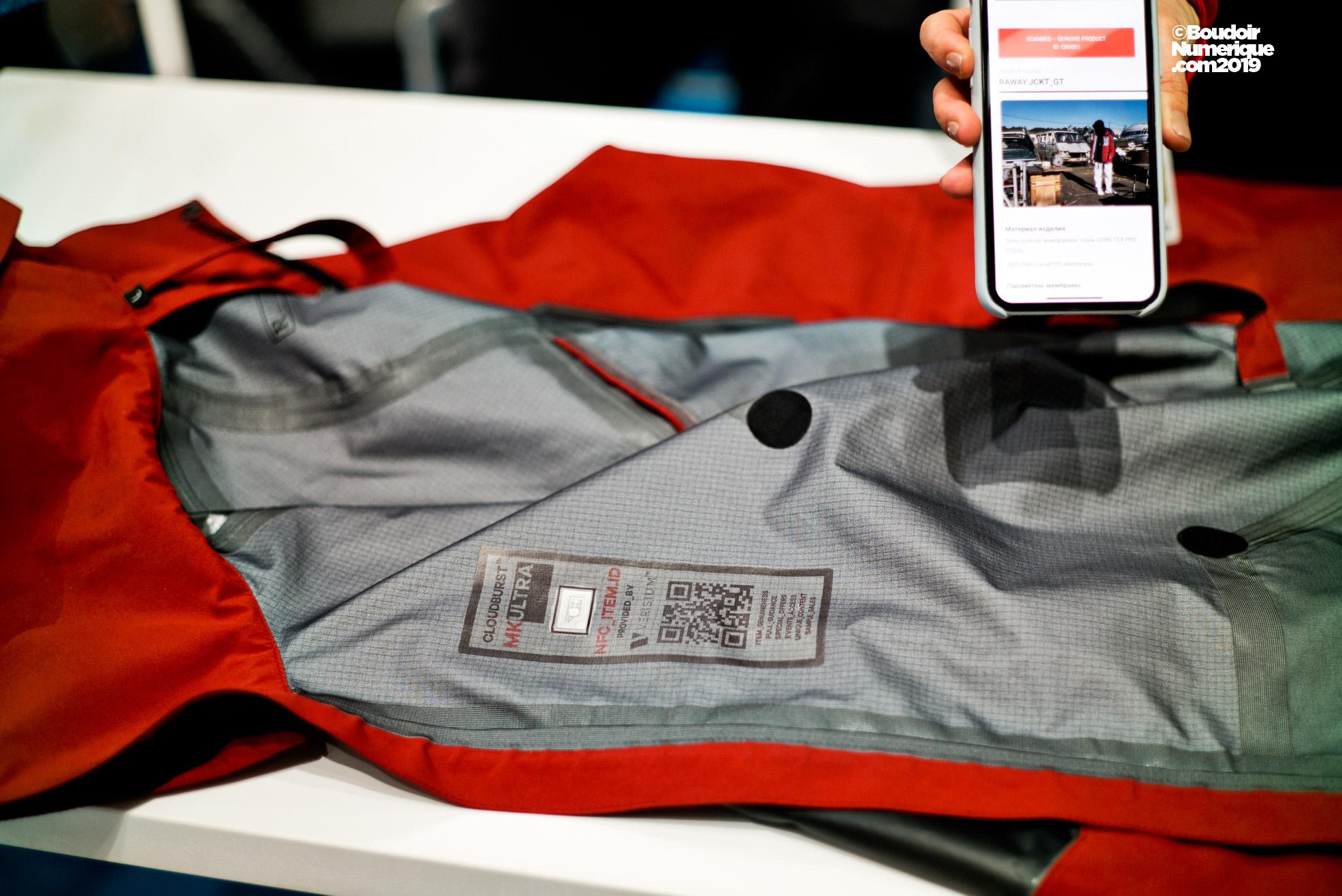 Le service anti-contrefaçon offert par l'entreprise russe Verisium permet de vérifier l'authenticité d'un produit, comme cette veste par exemple, via une application.