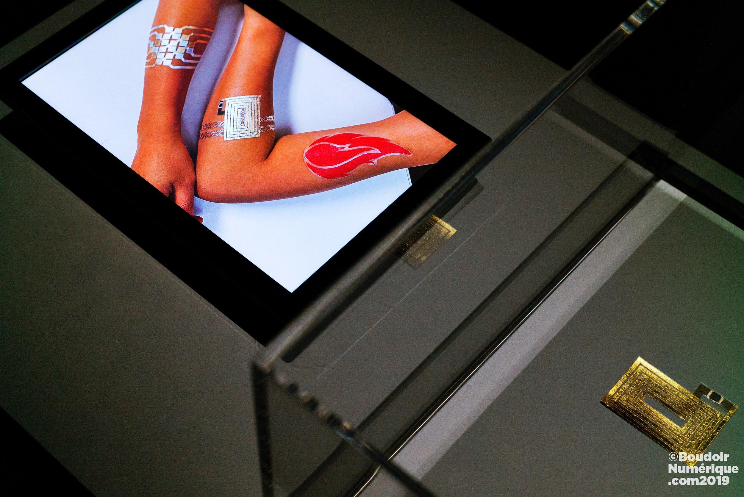 Tatouage connecté DuoSkin de Cindy Hsin-Liu Kao, en collaboration avec le MIT Media Lab (2016), présenté dans l'expo La Fabrique du vivant, au Centre Pompidou, à Paris (3 avril 2019)