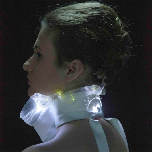 Nitiscence, luminous collar by Florence Bost and Virginie Boy (picture : Victor Matussière)