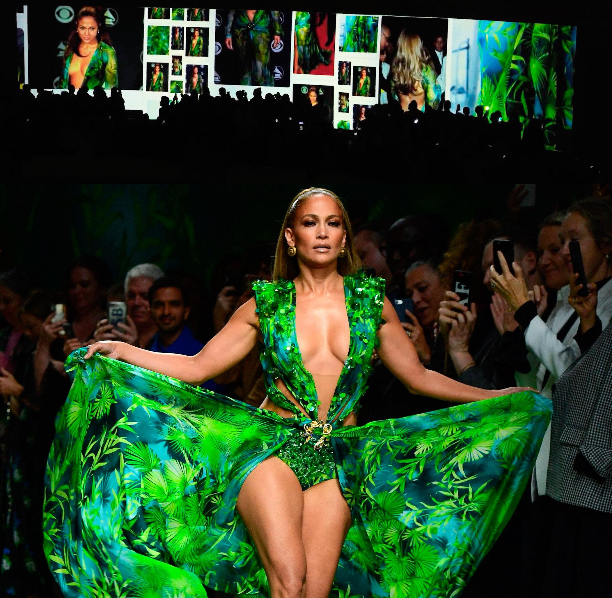 Défilé Versace printemps-été 2020, le 20 septembre 2019, à Milan. En haut, écran panoramique avec les images de la jungle dress, portée par Jennifer Lopez, en 2000 et en bas, la chanteuse américaine défilant avec la version revisitée de la silhouette Versace.