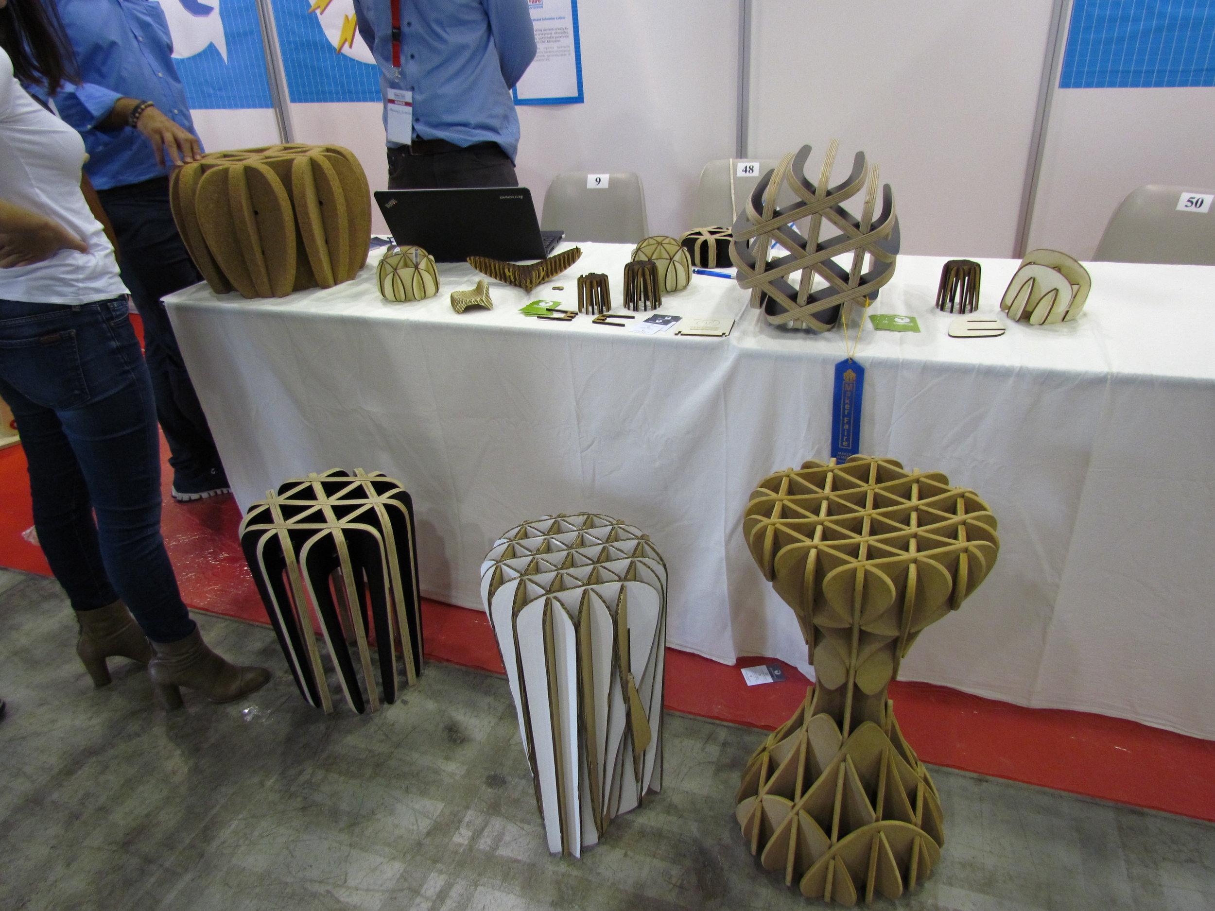 Sgabelli e tavolini in legno stampato a laser