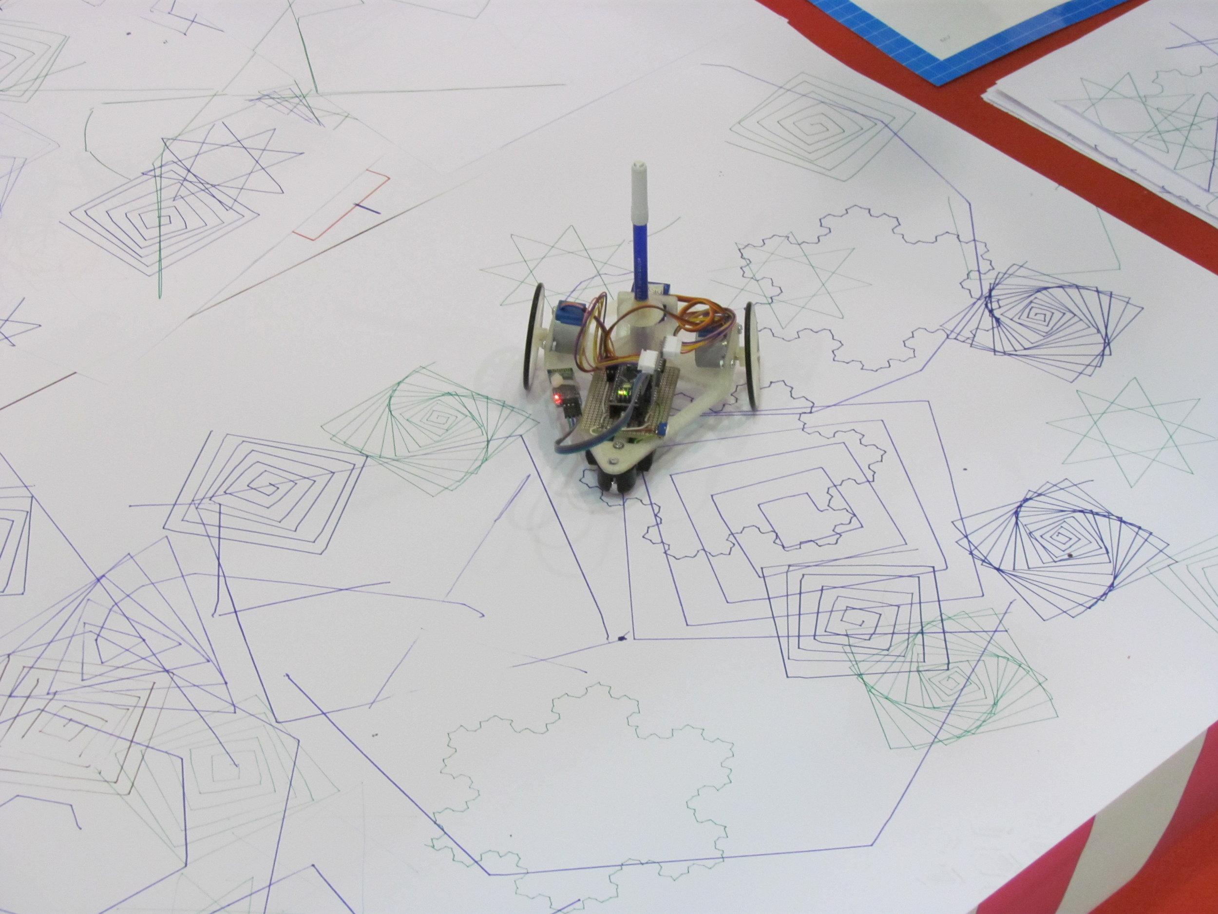 Robottino che disegna forme geometriche