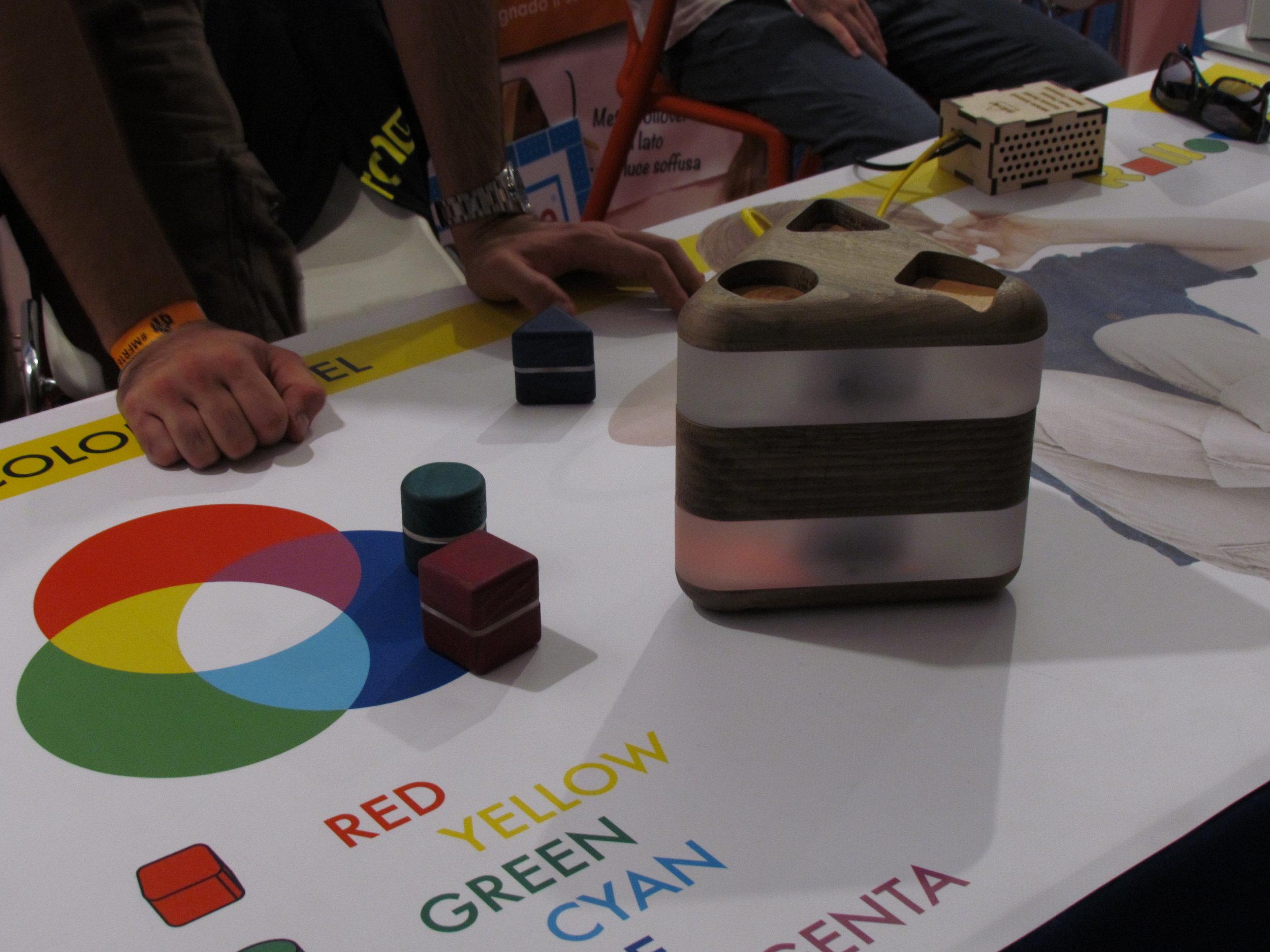 Una lampada che cambia modalità a seconda della posizione, e colore a seconda delle forme inserite