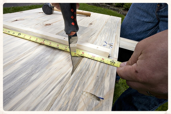 Setting the gaps in the floor panel with a putty knife for an overall width of 24.5 inches as specified in Table 1.