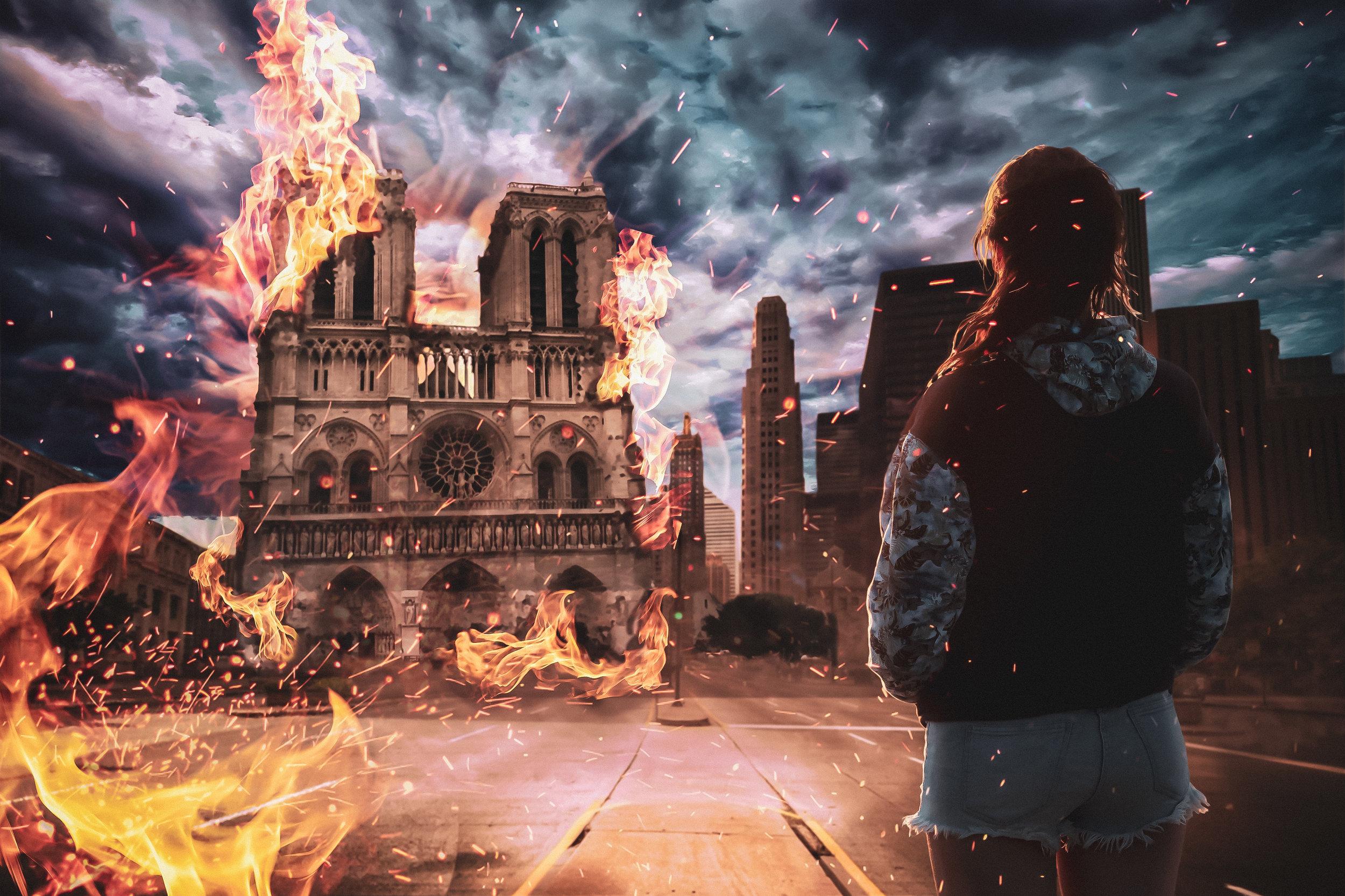 NOTRE DAME - Niña observando el incendio de Notre Dame.