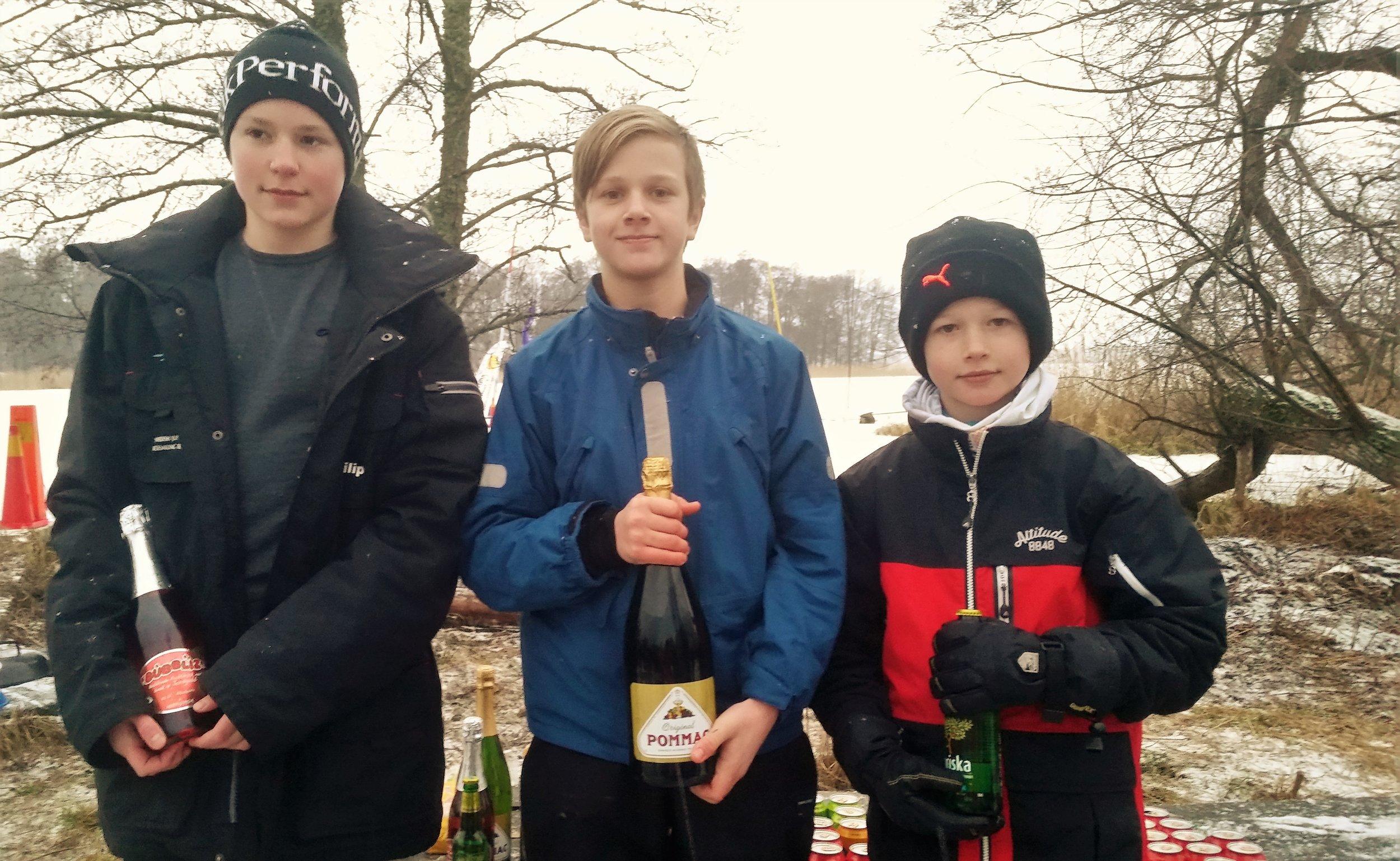 Vinnare IceOptimist R8, fr v 2:a Philip Lindblad S46, 1:a Oskar Svensson S45 och 3:a Viktor Svensson S39