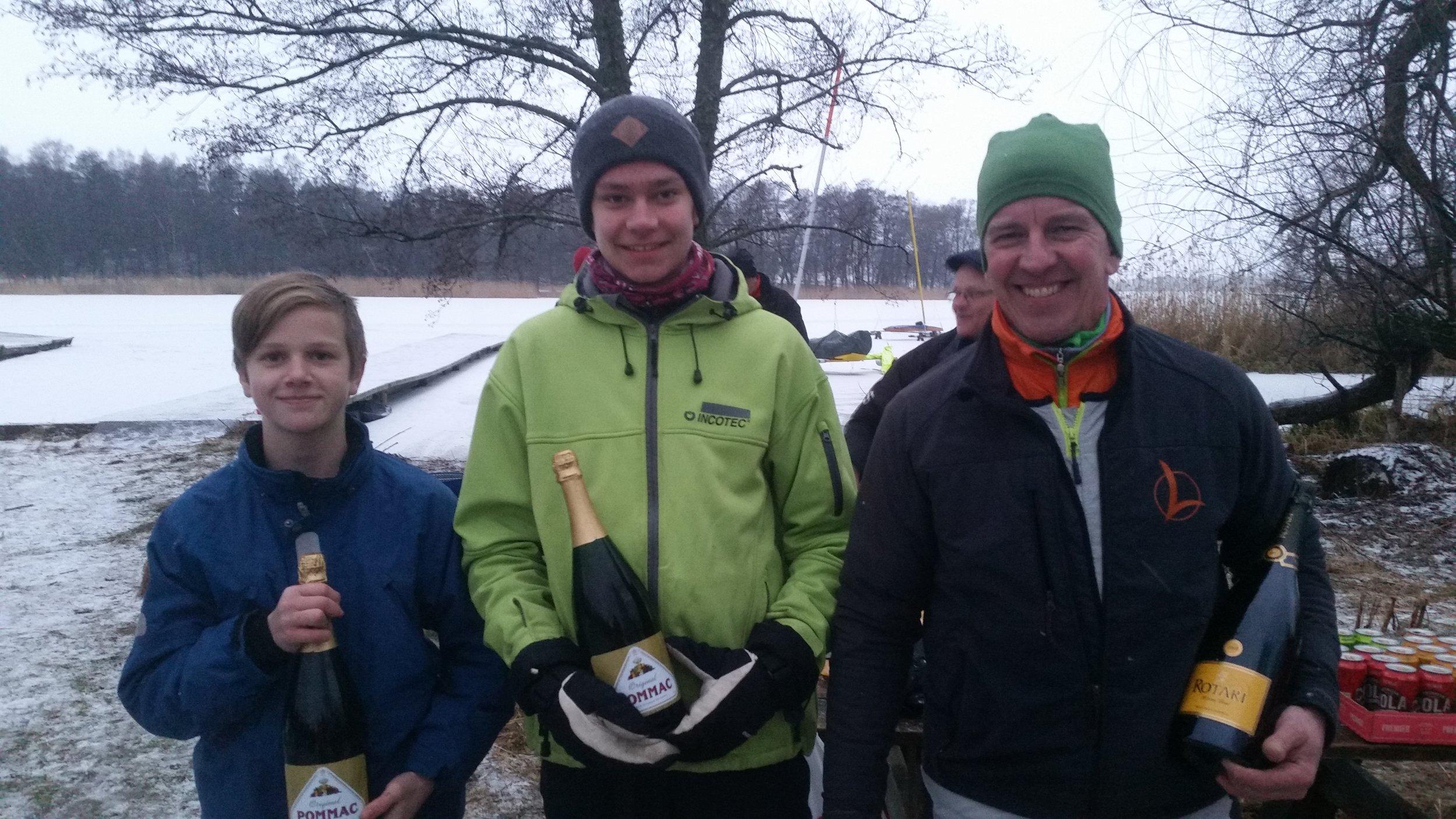 Klassvinnarna R8 IceOptimist,DN junior och DN fr v Oskar Svensson S45,Wilhelm Alness S829 och Fredrik Lönegren S8