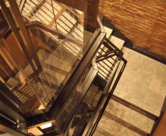 gallery-savaria-vuelift-octagonal-hoistway-wrap-around-stairs-img-fifteen-580x475.jpg