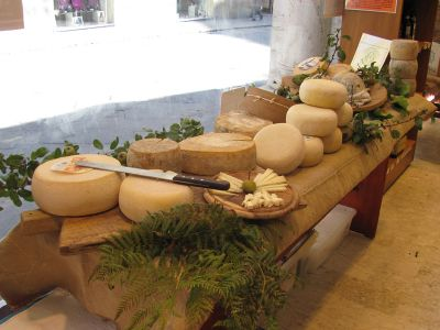 Podere Paugnano cheese table_img_3081_copy_sm.jpg