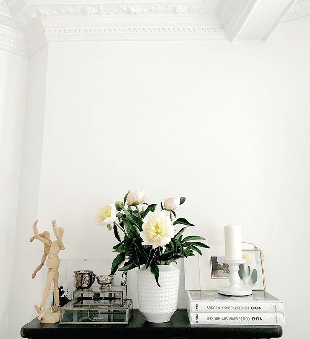 Home, sweet home... . . . . . . #peonylove #lovemylivingroom #flowerlover #peonies #peonyseason #interiors #paris #interiordesign #fineart #fineartphotography #mylifeinparis #iseebeauty