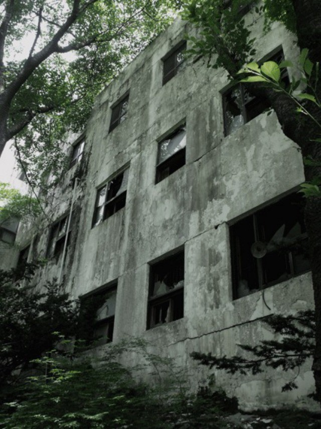 """This is one of many pictures photographed by Sarah Ryan that accompanies Daisy Phillipson's post """"Breaking into a Haunted Mental Hospital in Korea"""" for  chinch.co.uk."""