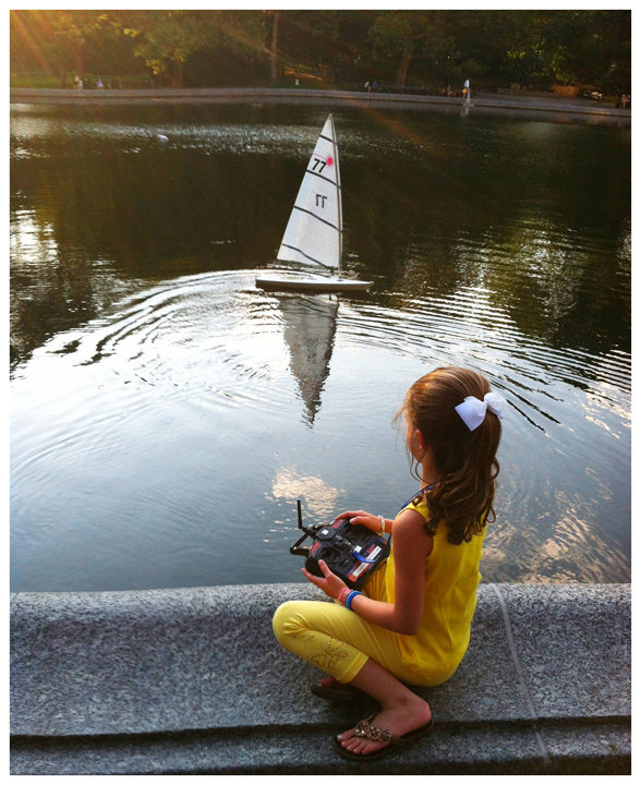 Iphoneography / Photographing people in Central Park, Sailboat Pond | Image 3