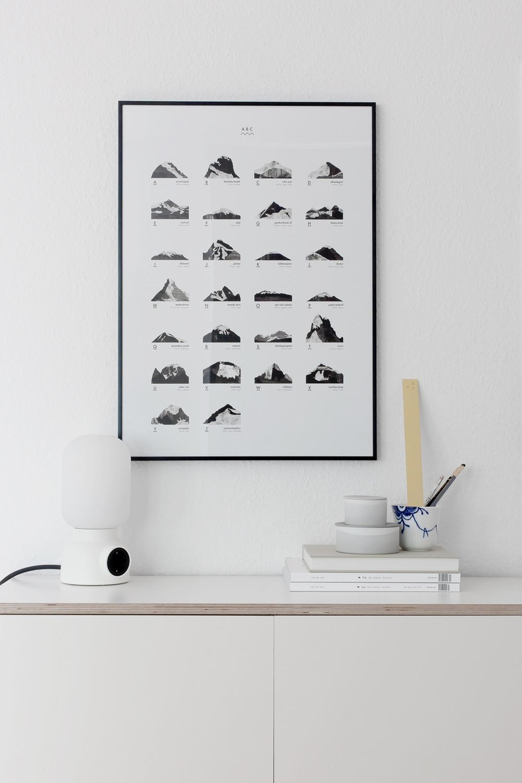 Et fjell for hver bokstav i alfabetet, formet av penselstrøk på papir. Beskrevet med navn, land og høyde over havet.50*70cm - 170 g