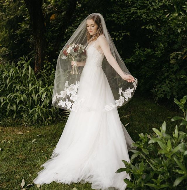 How stunning is my #bride @kristendynamite ?!? 😍 Beautiful photography by @kateamesphoto Gotta love a spring #wedding in #portland . . . #pdx #oregonbride #bridal #makeup #bridalmakeup #portlandmakeupartist #pdxmua #bridalhair #makeupartist