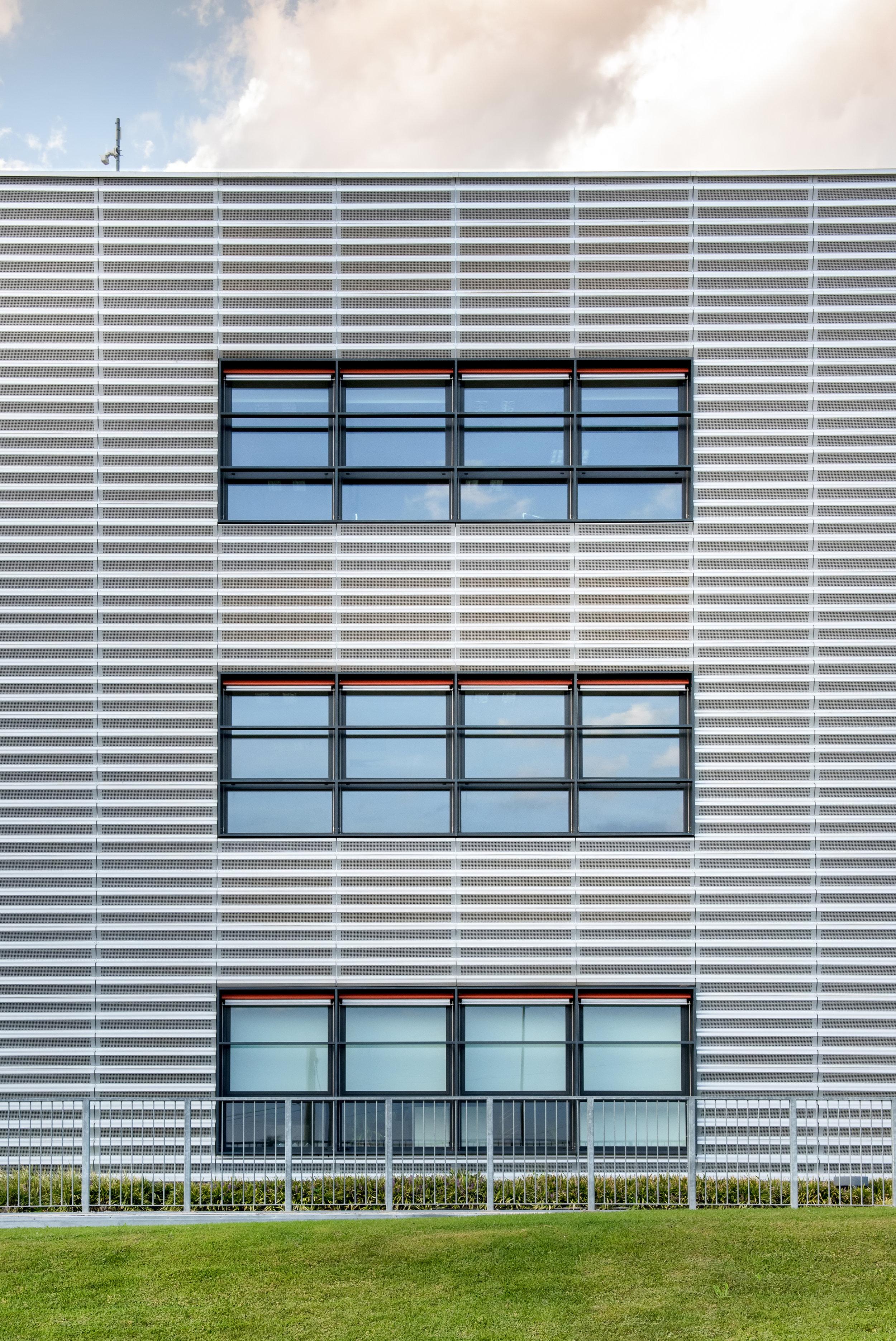 symmetrical-view-of-a-modern-commercial-building-5YB4SFW.jpg