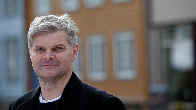 Tenker på vinterens strømpriser allerede om sommeren:  Kjartan Slang hos Fredrikstad EnergiSalg er tydelig på at man må tenke langsiktig for å gjøre de gode strømkjøpene for kundene.
