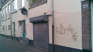 Graffiti verpest het aangezicht.