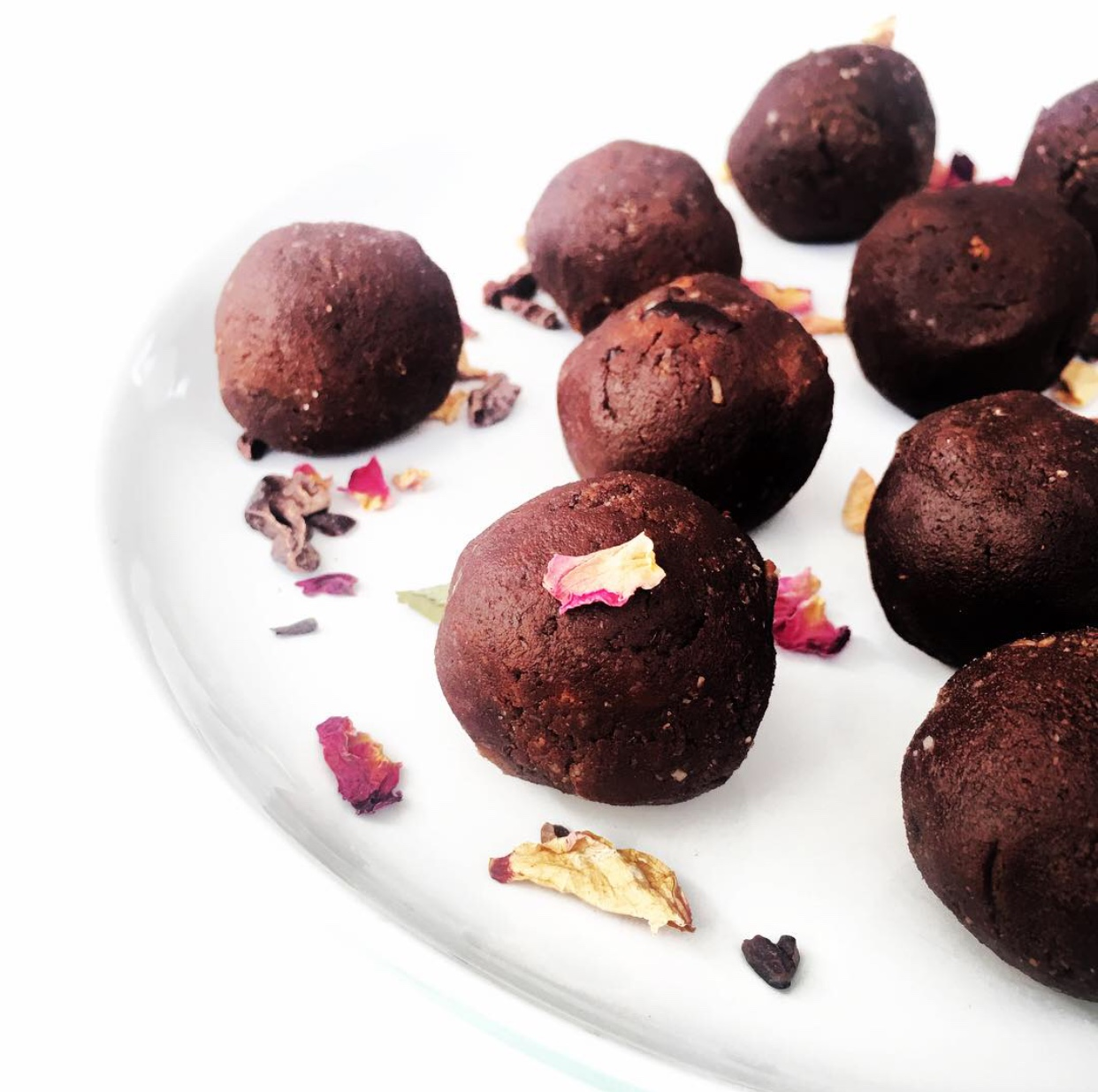 Raw, sexy lovers truffles with dark cacao and delicately sweetened with medjool dates. Add some Moon Juice Sex Dust, Orchard St Lovers elixir or some cayenne to spice up date night this Valentine's xx #vegan