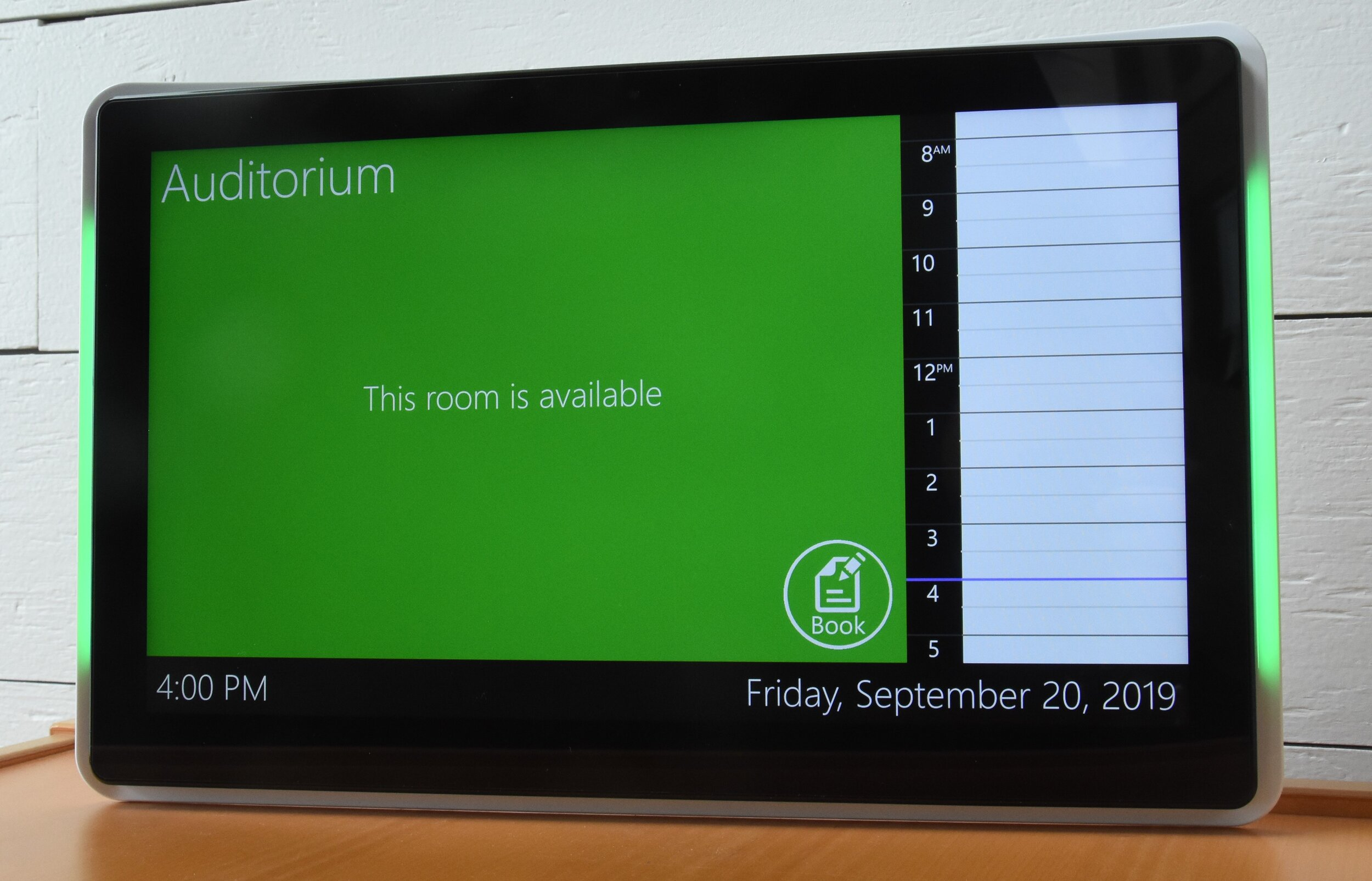 """15"""" LED Display in Available Mode"""