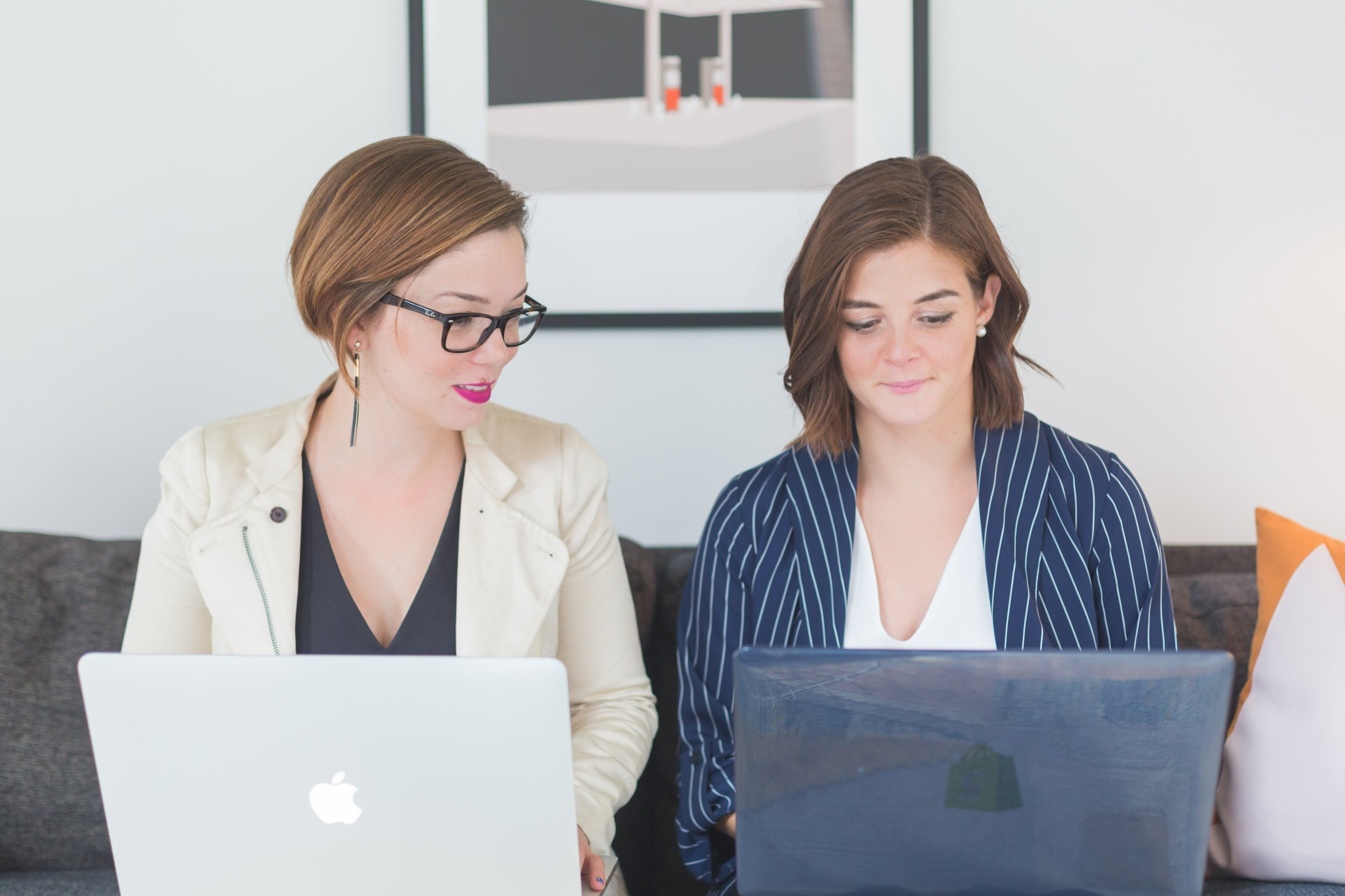 business-woman-meet-with-laptops_4460x4460.jpg