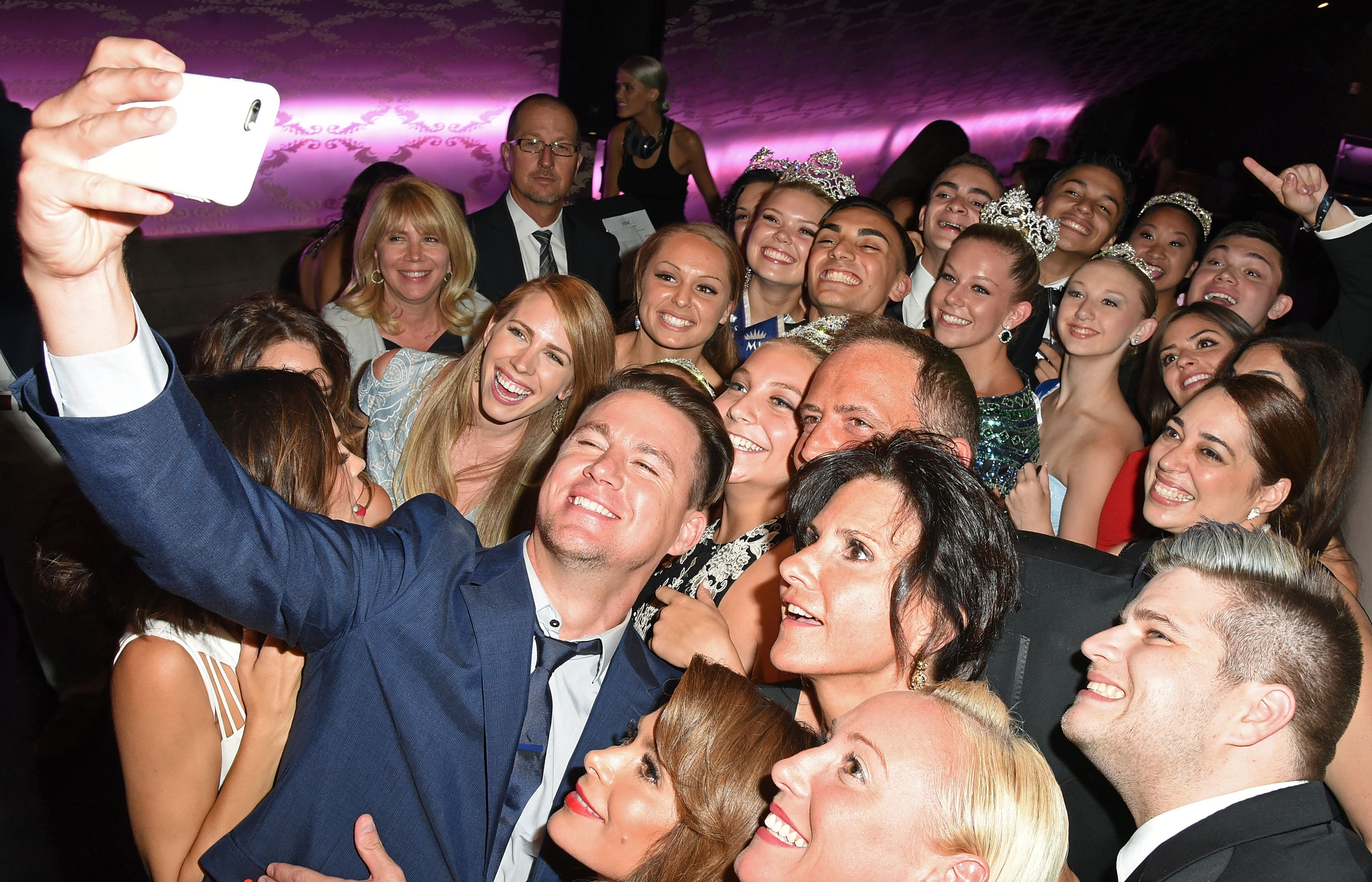 Channing Tatum, his wifeJenna Dewan-Tatum &Paula Abdul take 'selfies' with guests.