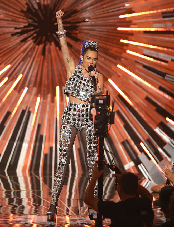 Miley_Cyrus_outfit_4_embed.jpg