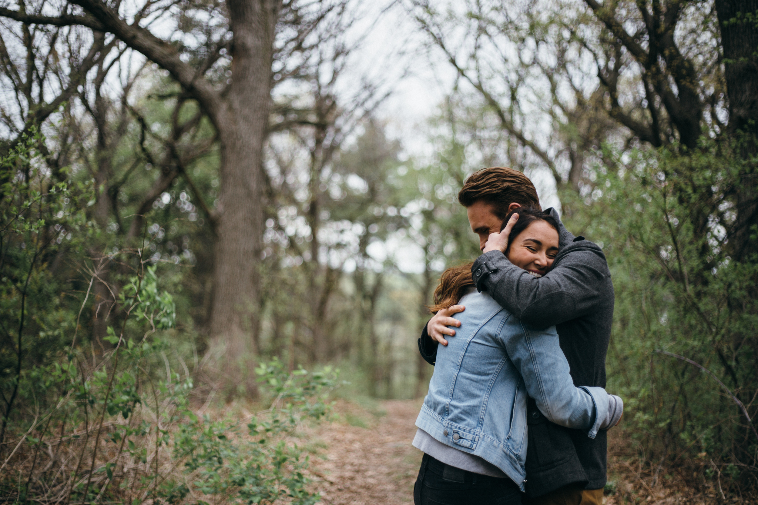 candid-outdoor-in-the-woods-engagement-session