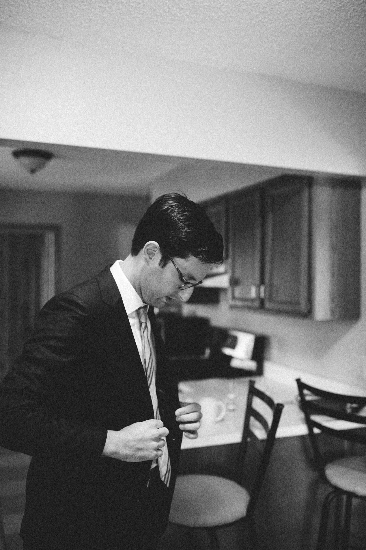 Groom getting ready at Grand View Lodge. Photography by Britt DeZeeuw, Brainerd Minnesota wedding photographer