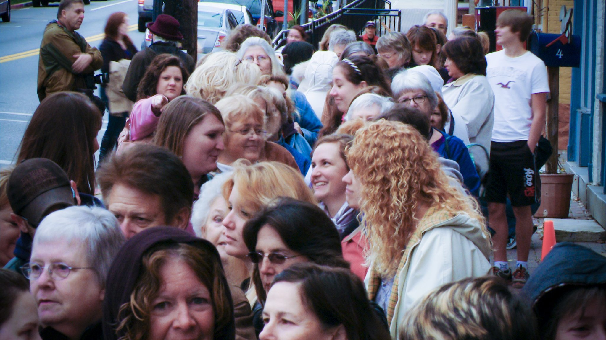 Crowd of Nora Roberts fans in Boonsboro.jpg
