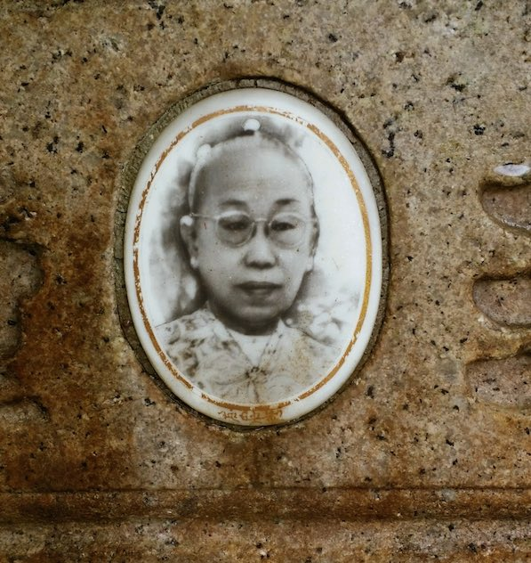 My great grandmother Ong Leong Neo. My mother reckons I look like her...what do you think?!