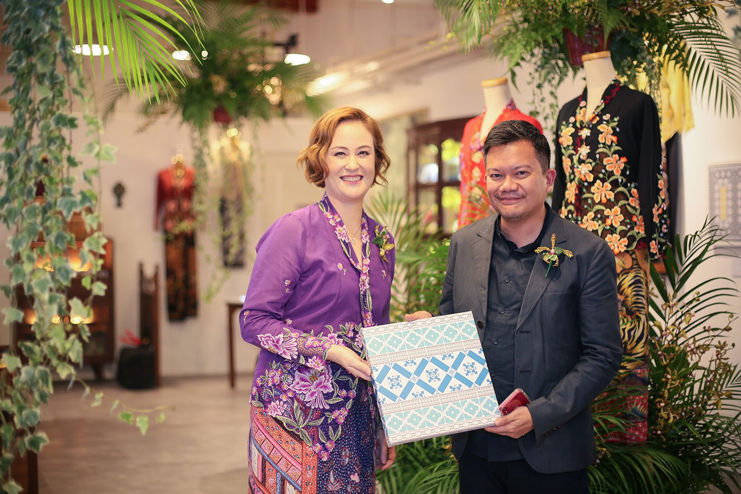 Presenting Deputy Director, Policy and Planning at Asian Civilisations Museum Baba John Teo with    Diamond Arabesque