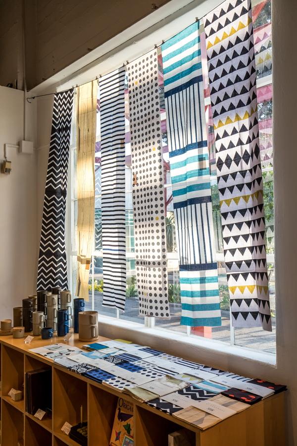 窓に吊るされている長い手ぬぐい生地は、スカーフのようにして使います。