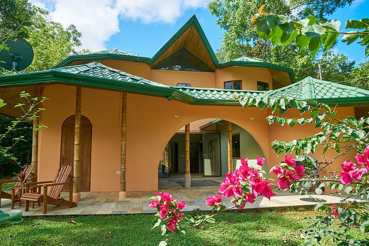 manoas-luxury-villas-casa-rio-patio.jpg