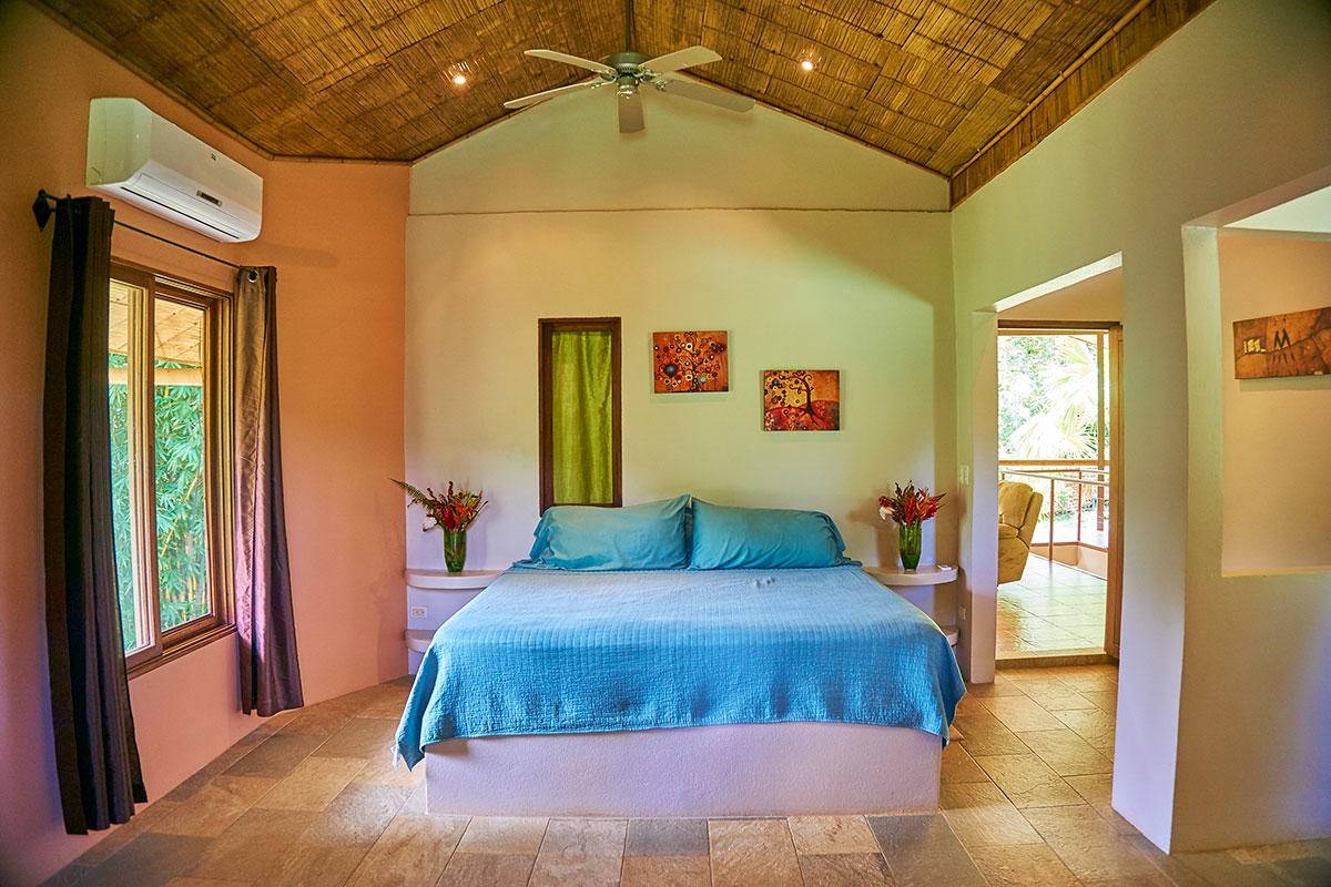 manoas-luxury-villas-casa-rio-bedroom-up.jpg