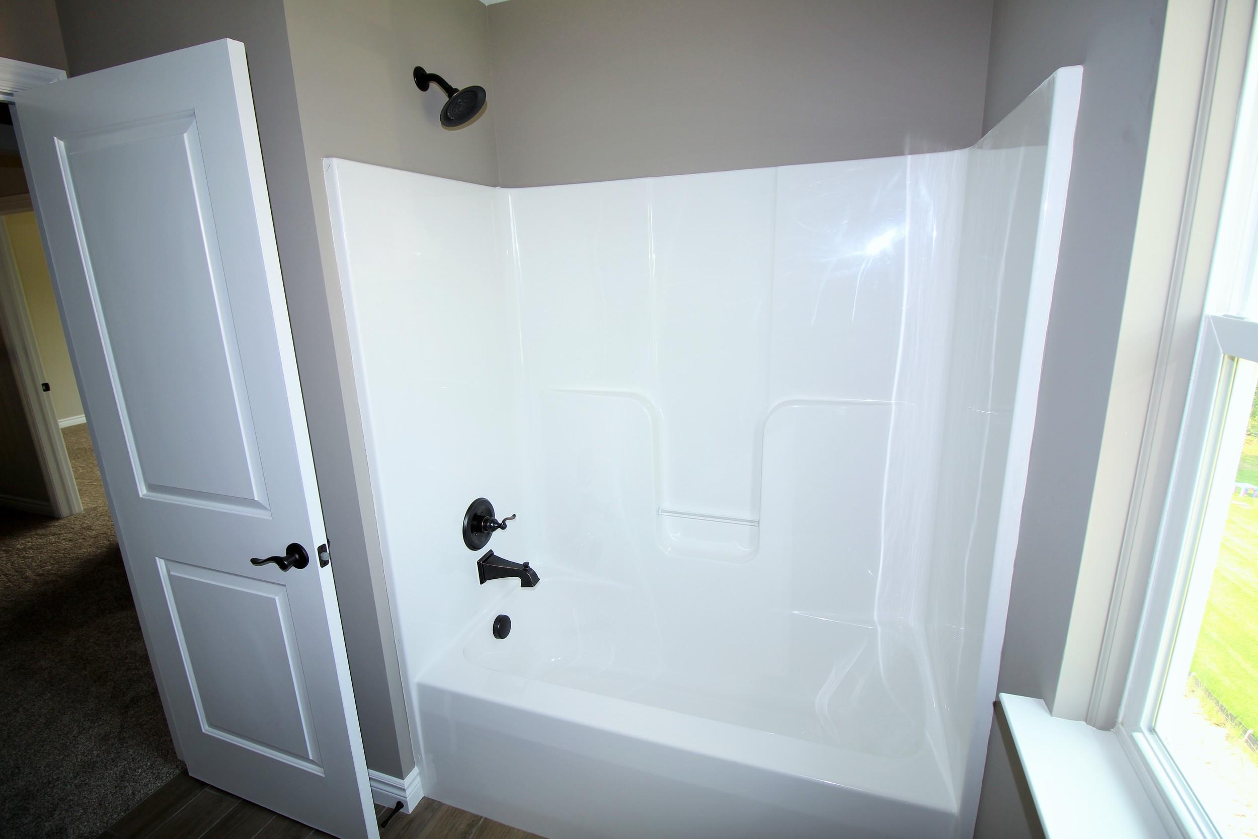 7423 Denali Main Bathtub.JPG