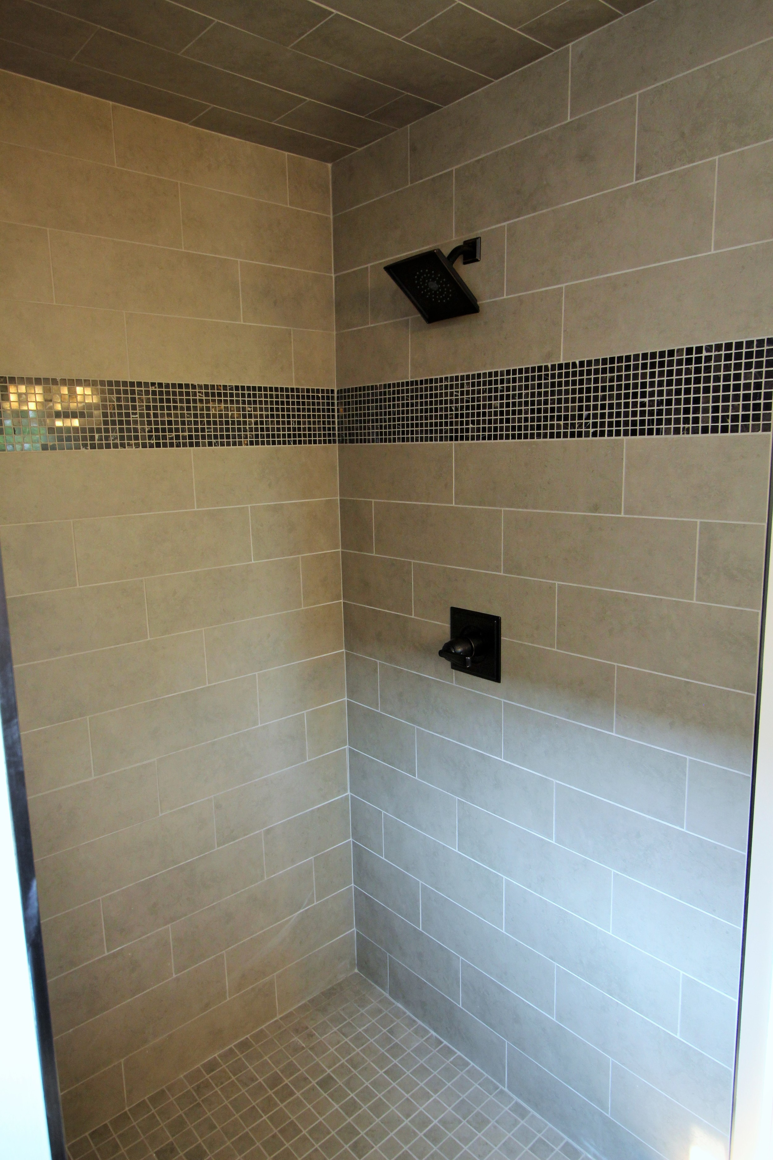7423 Denali Master Shower.JPG